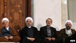 Sabiq prezident Rafsanjani, prezident Hassan Rohani (sol), spiker Ali Larijani, Məhkəmə rəhbəri Sadegh Larijani, 4 iyul 2015