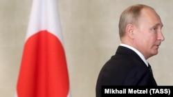 Путин перед встречей с Синдзо Абэ, 2018 год
