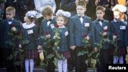 Учні першого класу під час початку навчального року у Макіївці. 1 жовтня 2014 року