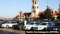 Policija i službeni automobili kod zgrade Ministarstva spoljnih poslova u Pragu pred dolazak bh. lidera, 2. decembar 2013.