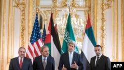 Ministrul de externe saudit Prince Saud al-Faisal (al 2-lea stg.) la întîlnirea cu secretarul de stat John Kerry la Paris