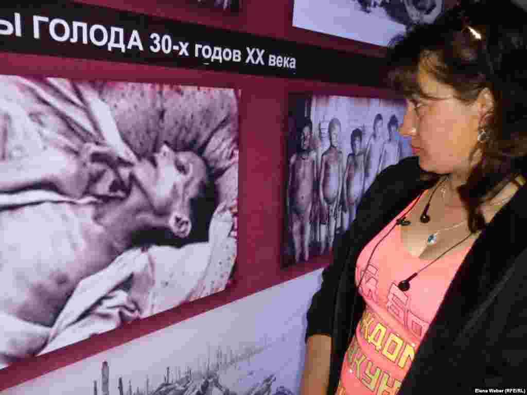 Vera Mihodenko, a resident of Dolinka, reads about the victims of the 1930s famine that killed hundreds of thousands.
