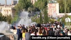 Өзбекстанда 1 мамыр мерекесі кезінде қыдырып жүрген жұрт.
