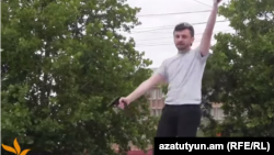 Айк Кюрегян во время инцидента, Ереван, 12 июня 2014 г.