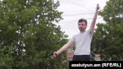 Айк Кюрегян во время инцидента возле здания суда в Ереване 12 июня 2014 г.