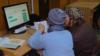 80-річні юзери. Літніх вчать платити за комуналку онлайн