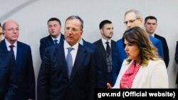 Franco Frattini (centru) și negociatorii-şefi de la Chişinău şi Tiraspol, Cristina Lesnic şi Vitali Ignatiev (al doilea din dreapta) la ceremonia de înmânare a plăcuțelor auto neutre. Tiraspol, 10 septembrie 2018