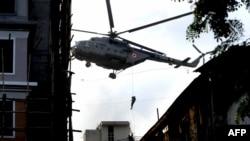 در سومین روز از آغاز حوادث تروریستی بمبئی، کماندوها با استفاده از هلیکوپتر، بر بام مرکز یهودیان بمبئی مستقر شدند. (عکس:AFP)