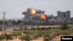"""АҚШ әскери-әуе күштерінің Алеппо провинциясындағы """"Ислам мемлекеті"""" экстремистік ұйымы шептерін бомбалап жатыр. Сирия, маусым 2016 жыл."""