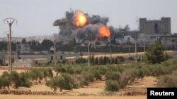 Манбідж, фото 16 червня 2016 року: за словами бійців СДС, це був повітряний удар США по ісламістах у місті