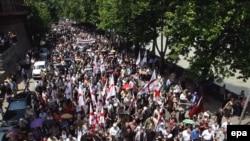 Во вторник на улицы Тбилиси вышли около 15 тысяч человек