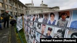 Baneri ispred zgrade Haškog tribunala tokom suđenja Ratku Mladiću, novembar 2017