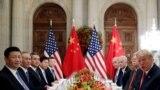 XI Jinping și Donald Trump, insoțiți de consilieri, la o întâlnire bilaterală în marja summitului G20 din Argentina
