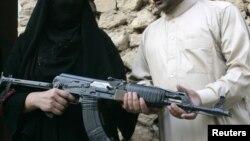 ضابط شرطة يدرب زوجته على إستخدام السلاح في الرمادي