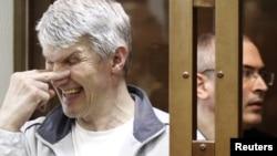 Михайло Ходорковський (праворуч) і його діловий партнер Платон Лебедєв на лаві підсудних під час судового засідання в Москві, 2011 рік