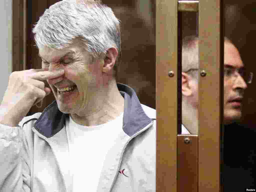 Михаил Ходорковский и Платон Лебедев в зале суда, май 2011 года