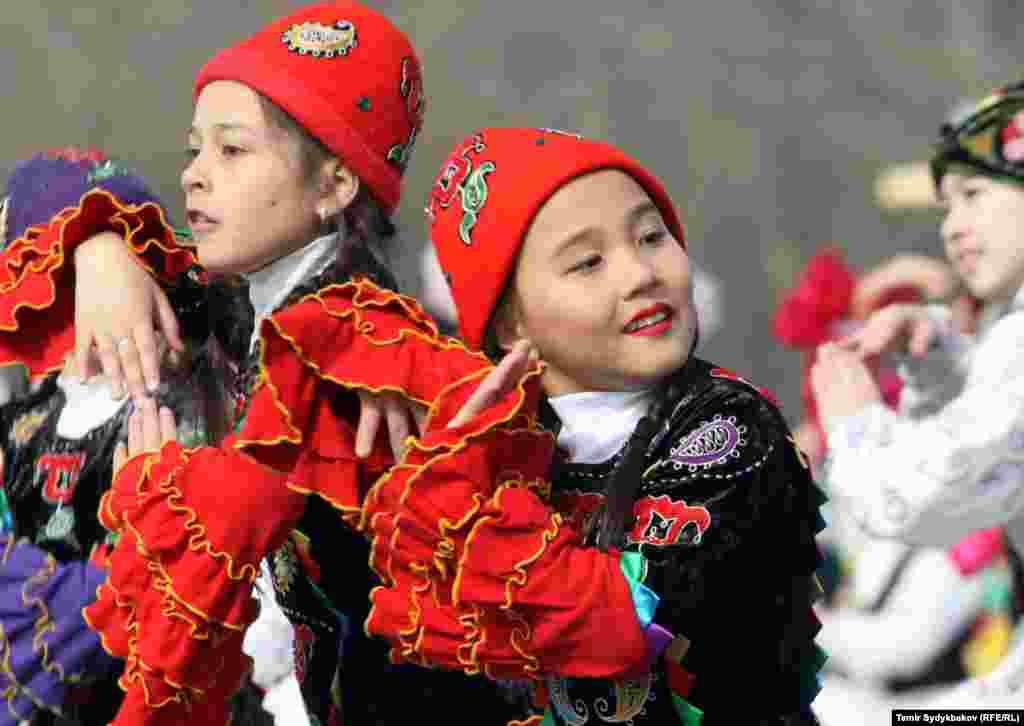 Улуттук оюндар боюнча иш-чаралар, спорттук мелдештер өткөрүлүп, төрт райондо сейилдөөлөр уюштурулду. Нооруз майрамы Кыргызстандын бардык аймактарында белгиленди.