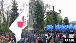 На мітингу опозиції в Києві проти угоди про продовження терміну базування російського Чорноморського флоту в Україні 24 квітня 2010 року: Міліція розокремила прихильників опозиції і владної Партії регіонів, які заблокували будинок парламенту