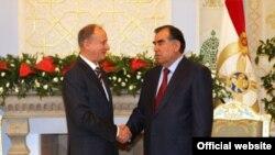 Президент Таджикистана Эмомали Рахмон (справа) с главой Совета безопасности России Николаем Петрушевым.