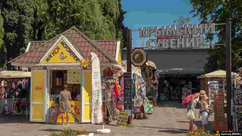 В Алуште специализированный сувенирный рынок неподалеку от центральной набережной работает уже не один год