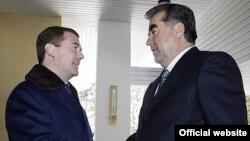 """Рахмон (оңдо) Медведев (солдо) менен бул жолку жолугушууда """"ишенимдүүлүгүн"""" көрсөттү, 24-февраль, 2009"""