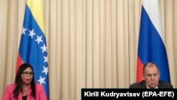 Șeful diplomației ruse Sergei Lavrov cu vicepreședinta venezueleană Delcy Rodriguez sîmbătă, la o conferință de presă la Moscova