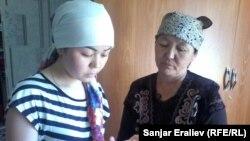 Гүлпари Сактанова жана маркум Алиянын эжеси.