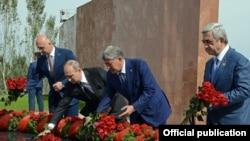Участники саммита СНГ возлагают цветы в мемориальном комплексе «Ата-Бейит». Бишкек, 17 сентября 2016 года.