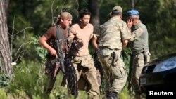 Военнослужащие в Турции задерживают сослуживца. Иллюстративное фото.