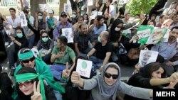 معترضان به نتیجه انتخابات ایران، روز سه شنبه در خیابان ولیعصر
