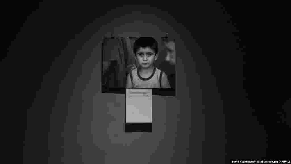 16 фотосуретте саяси айып тағылған Қырым татарларының отбасында әке қамқорлығын көрмей өсіп жатқан балалар тарихы баяндалады.