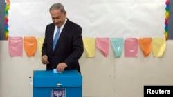 Benjamin Netanyahu səs verir