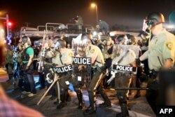 Полицейские во время беспорядков в Фергюсоне. 18 августа 2014 года.