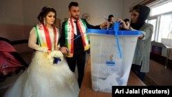 Жених и невеста на участке для голосования в городе Духок, 25 сентября 2017