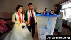 Жених и невеста на участке для голосования в городе Духок, 25 сентября 2017 года.