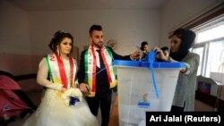 25 sentabr kuni Kurdistonda mustaqillik bo'yicha o'tgan referendumda qatnashgan kelin va kuyov.