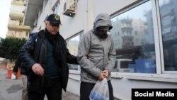 Турецкий полицейский ведет гражданина России, предположительно завербованного исламистами. Иллюстративное фото.