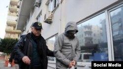 Թուրքիա -- Ոստիկանը ուղեկցում է ձերբակալված Ռուսաստանի քաղաքացիներից մեկին, Անթալիա, 13-ը հունվարի, 2016թ.