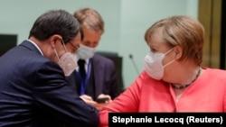 Президент Кипра Никос Анастасиадис и канцлер Германии Ангела Меркель стукаются локтями перед началом первой личной встречи лидеров стран ЕС после начала пандемии коронавируса. Брюссель, 17 июля 2020 года.