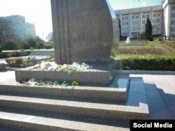 Квіти у пам'ятника Шевченку в Севастополі