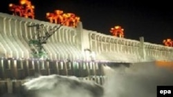 Плотина крупнейшей на Янцзы гидроэлектростанции «Три ущелья». Интенсивное использование реки является одним из главных факторов вымирания обитающих в ней млекопитающих и рыб