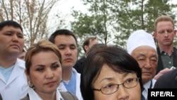 Глава временного правительства Кыргызстана Роза Отунбаева посещает в больнице пациентов, пострадавших в беспорядках. Бишкек, 9 апреля 2010 года.