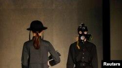 Модели дефилируют в одежде из коллекции Абзала Сейдина. Алматы, 20 апреля 2016 года.