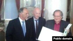 Вручение медали Гёте режиссеру Болату Атабаеву. Веймар, Германия, 28 августа 2012 года. Фото со страницы Лукпана Ахмедьярова на Facebook'e.