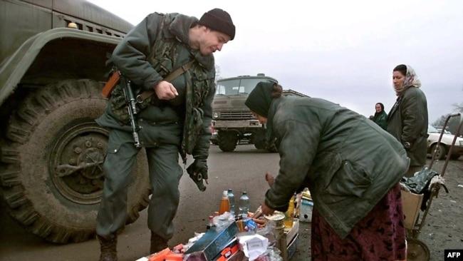 Российский военный проверяет рынок в Чечне, 2000 год