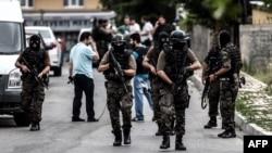 Турецкий спецназ в ходе рейда в Стамбуле, 10 августа 2015 года.