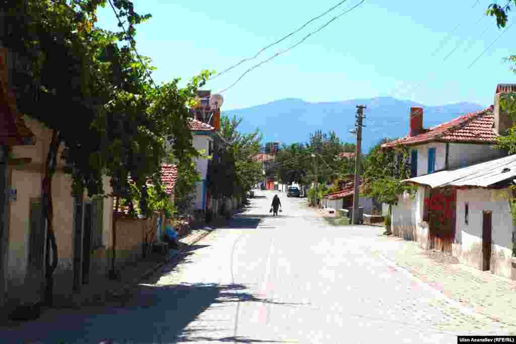 В селе Дерекой проживает около 3 тысяч человек.