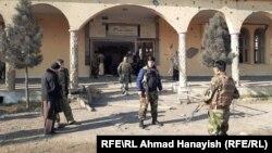 Vojnici patroliraju u blizini džamije pored Bagrama koja je oštećena u napadu 11. decembra.
