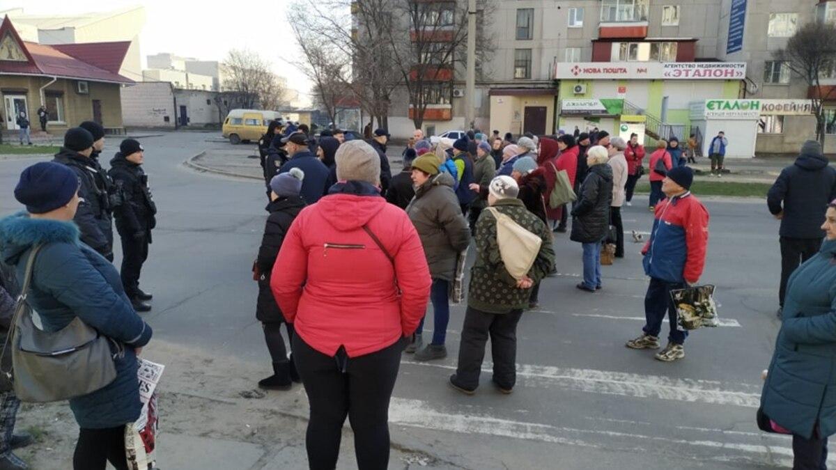В Северодонецке люди вышли на протест из-за карантина на торговлю, власть дала время до вечера