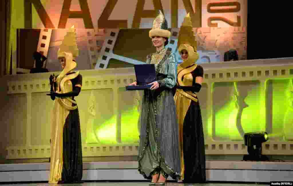 Фестиваль сыннарын ташучы кызлар